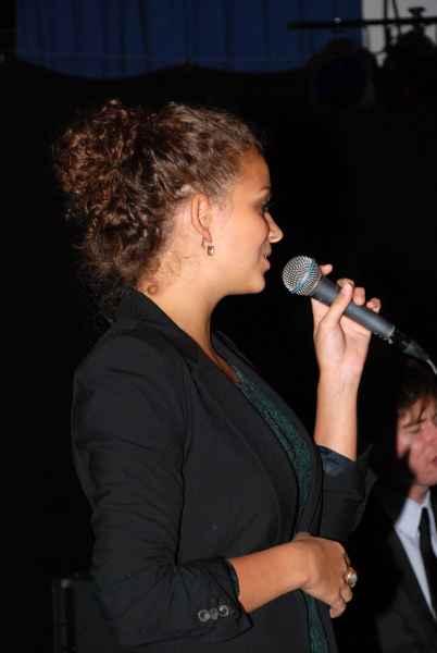 frau-am-mikrofon